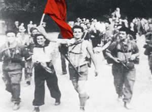 Partigiani sventolano la Bandiera Rossa